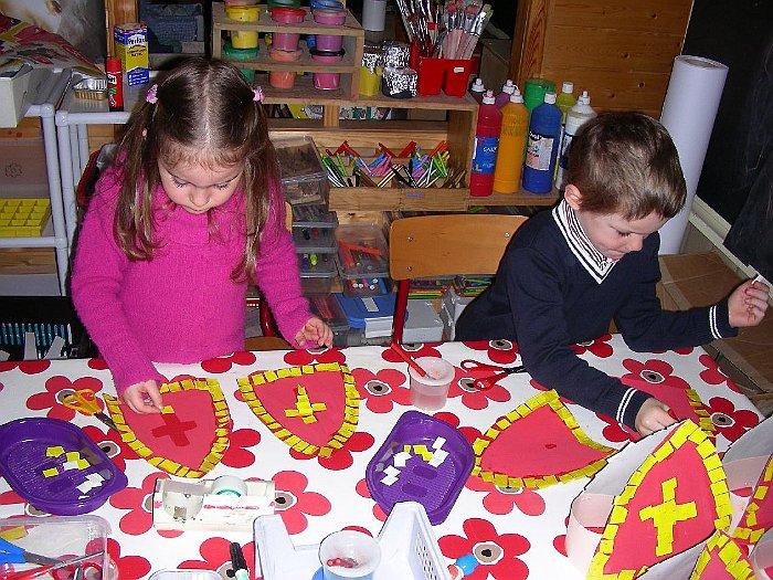 Tips voor de eerste kleuterklas: 2 kleuters aan het knutselen voor Sinterklaas.