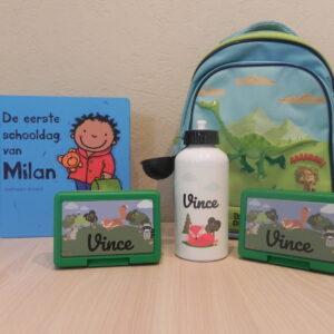 Kleuter voorbereiden op eerste schooldag: gepersonaliseerde drinkfles, koekjesdozen, voorleesboek en schooltas.