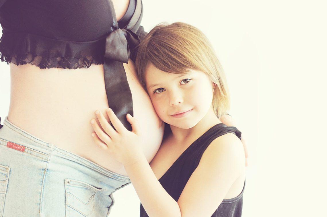 Van 3 naar 4 kinderen: foto van een zwangere vrouw met kind.