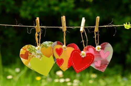 geknutselde hartjes aan een waslijn