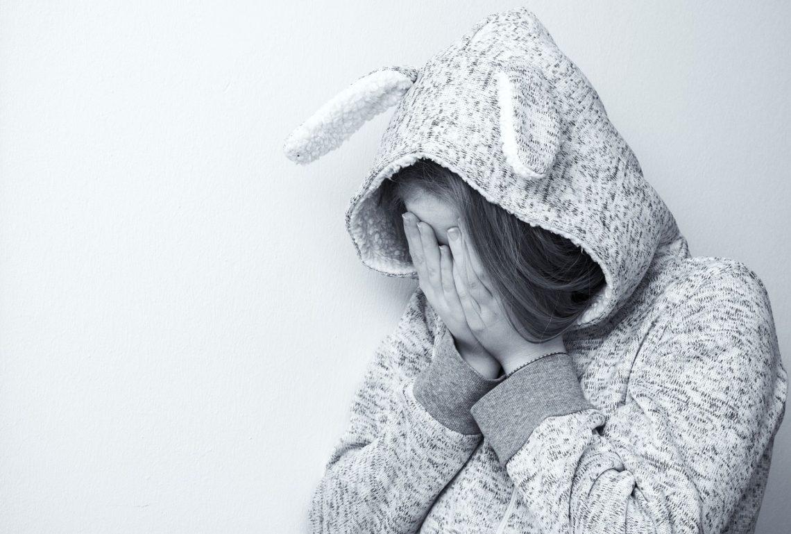 Een meisje wat verdrietig is door pesterijen.