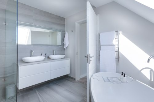 Foto van een minimalistische badkamer