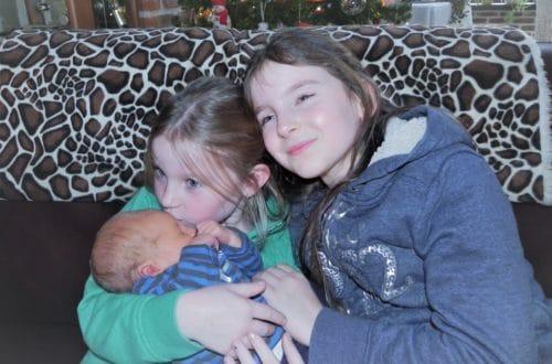 Groot leeftijdsverschil tussen kinderen: 2 flinke meisjes met hun baby broer