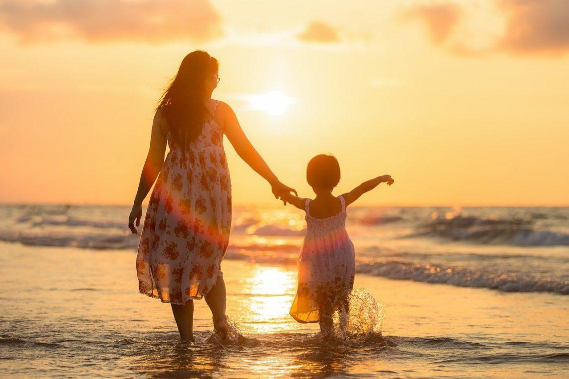 Schuldgevoel als thuisblijfmama: mama met kind aan zee.