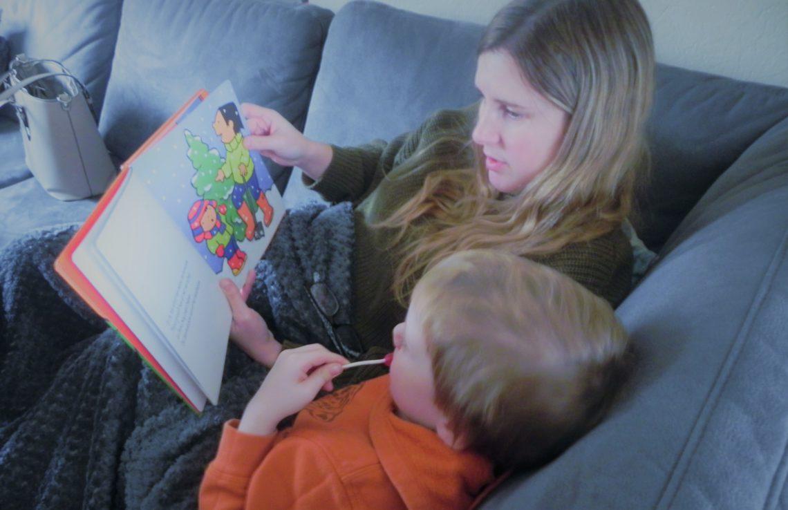 Voorleesboeken over Kerstmis: moeder leest een boekje over Kerst