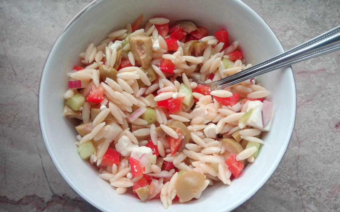 Griekse pastasalade met olijven en feta