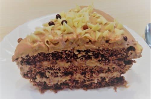 Chocoladetaart met chocolade biscuit en chocolade mousse