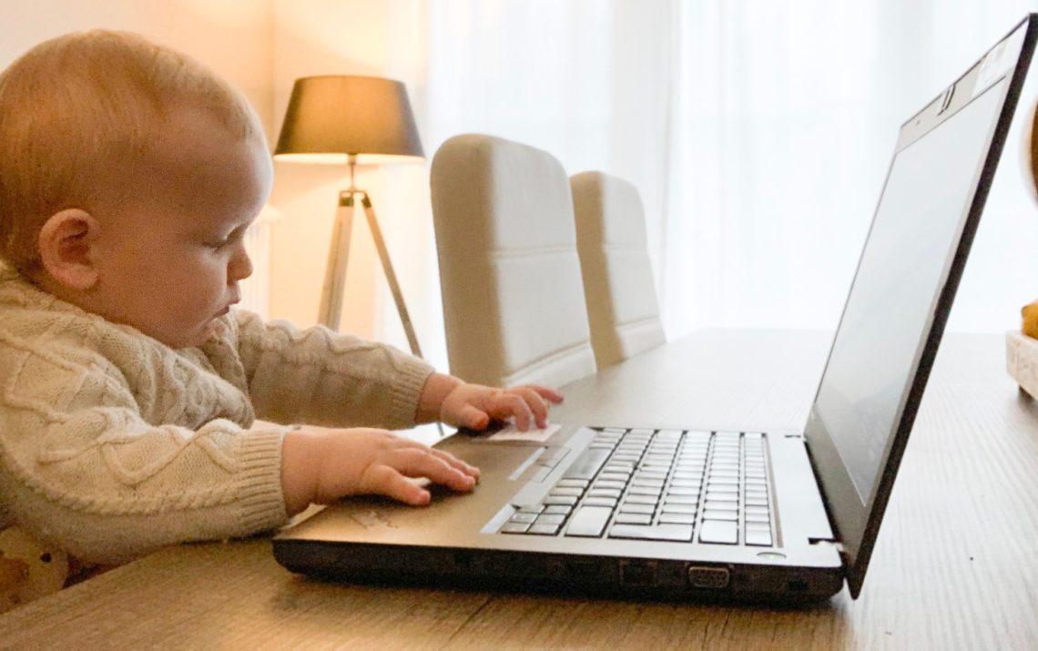 Thuiswerken met kinderen: baby aan de laptop.