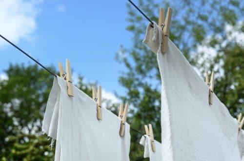 Mijn wasroutine: foto van witte was die buiten hangt te drogen