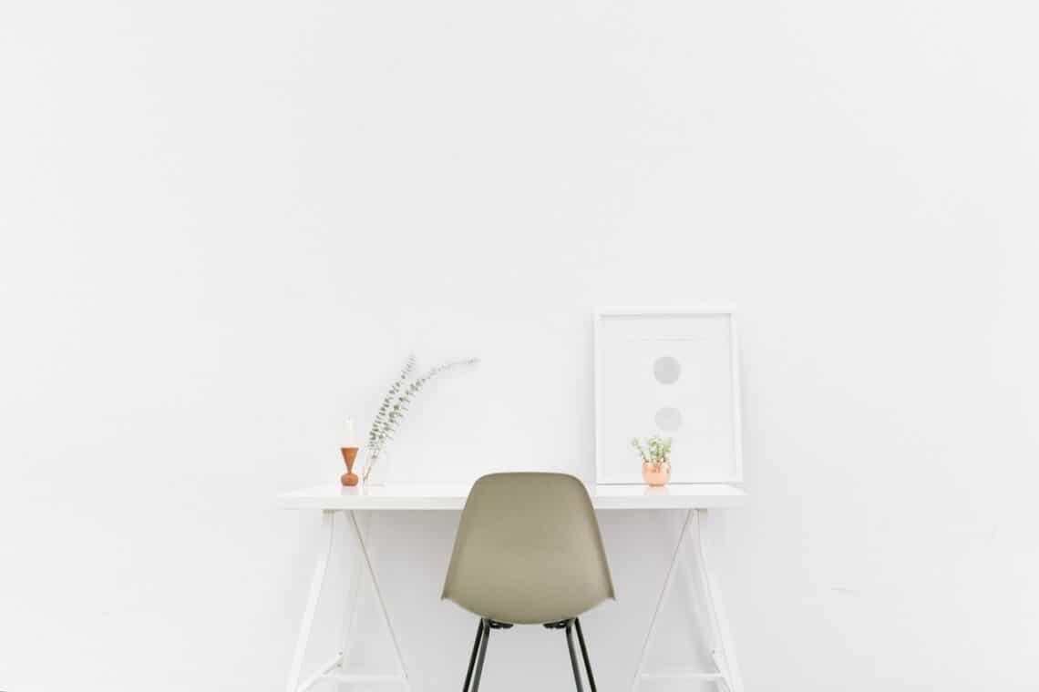 Wat is minimalisme: foto van een minimalistisch bureau.